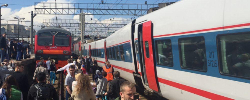Аварія на залізниці у Москві: поїзд зіткнувся з електричкою